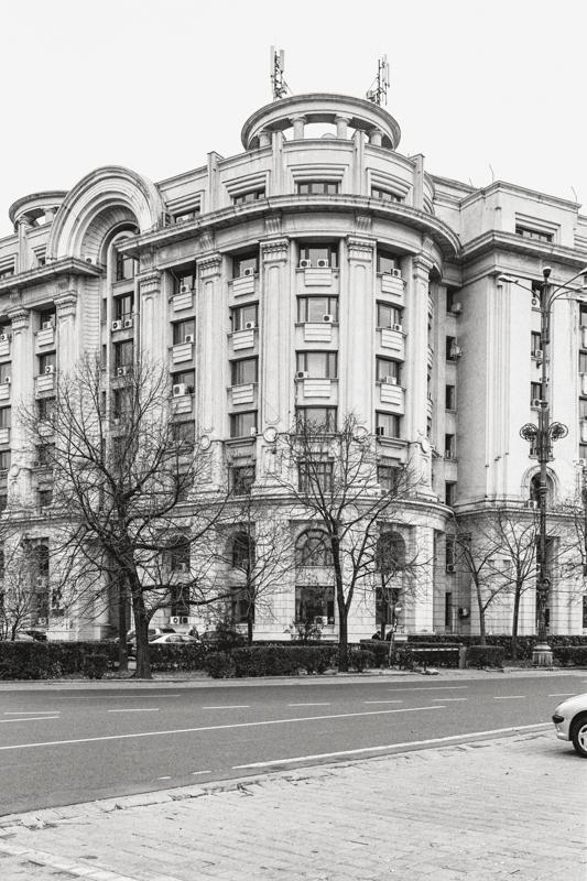 Die Fassade des rumänischen Geheimdienstes verdeckt die Verkündigungskirche der »Nonnen-Einsiedelei«, Bukarest, Serie Mobile Churches, 2013-2017 © Anton Roland Laub