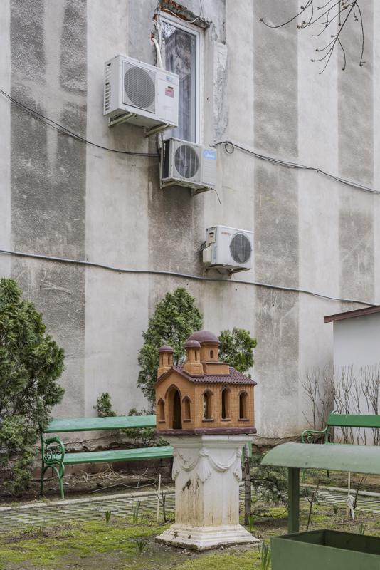 Detailansicht mit einem Kirchenmodell auf Podest im Hof der Neuer-Sankt-Johannes-Kirche Bukarest, Serie Mobile Churches, 2013-2017 © Anton Roland Laub