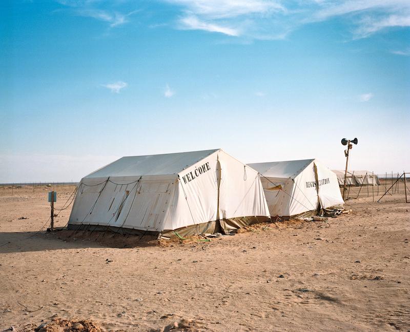 """Michael Danner, aus der Serie """"MIGRATION AS AVANT-GARDE"""", Tunesien, Flüchtlingslager Choucha des ICRC an der tunesischen-libyschen Grenze, nahe der Grenzstadt Ben Guerdane, Juni 2011,"""
