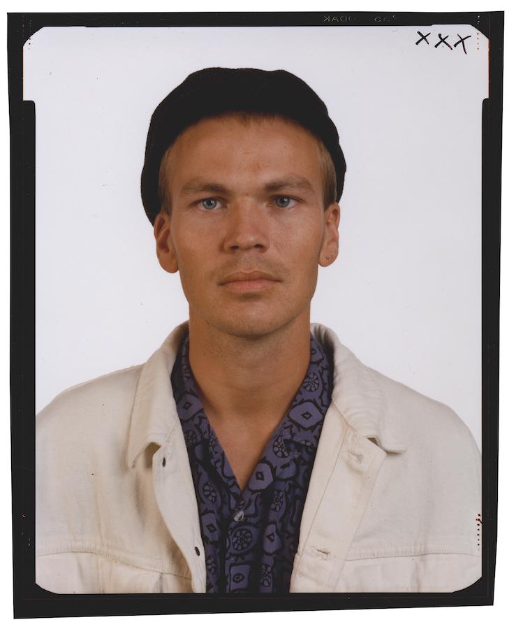 © Thomas Ruff, Family*5, Martin Gräber,  1989, Kontaktabzug vom 4 x 5 inch Negativ, chromogener Print, 59,5 x 49,5 cm. / Courtesy of the artist.