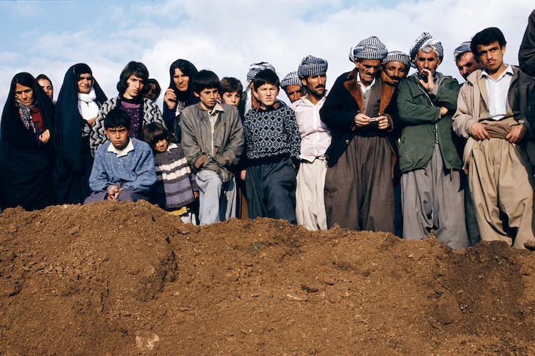© Susan Meiselas, Villagers watch exhumation at a former Iraqi military headquarters outside Sulaymaniyah, Northern Iraq, 1991 / © Susan Meiselas