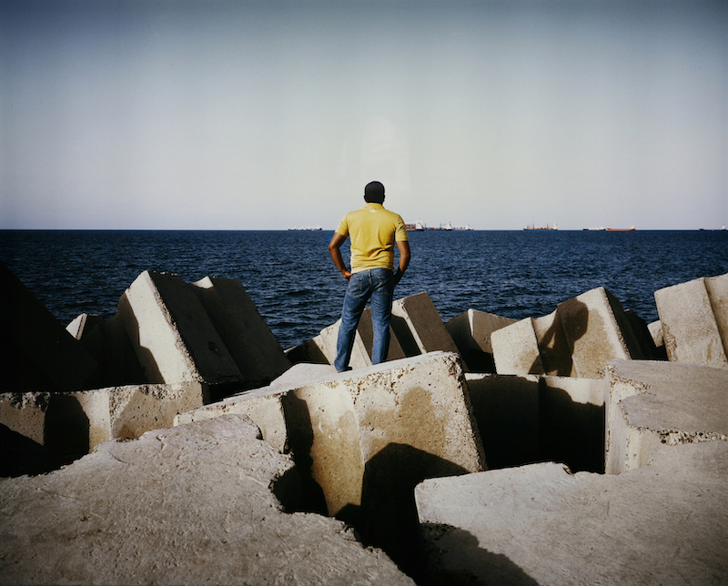 Time Present Photography from the Deutsche Bank Collection / Künstler: Kader Attia Titel: Man in front of the Sea 2009 Light Box Rahmenmaße/Frame: 146 ×181 ×17 cm (57 1/2 ×71 1/4 ×6 11/16 in.), VG Bild-Kunst, Bonn 2020