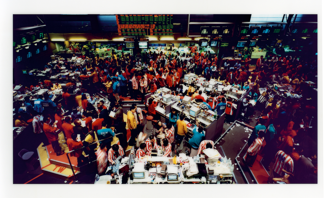 Time Present – Photography from the Deutsche Bank Collection, 21. März 2020 – 8. Februar 2021; March 21, 2020 – February 8, 2021 7 Artist: Andreas Gursky, Titel: Singapur Börse I 1997, C-Print Diasec Papiermaße/Dimension: 170 ×270 cm (66 15/16 ×106 5/16 in.) Rahmenmaße/Frame: 176 ×277 ×5 cm (69 5/16 ×109 1/16 ×1 15/16 in.) / Andreas Gursky / VG Bild-Kunst, Bonn 2020.  Courtesy Sprüth Magers, Berlin London