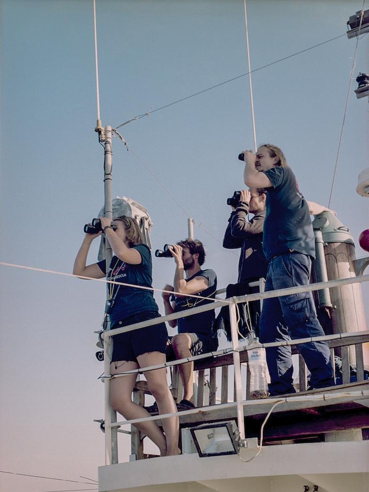 KONTINENT – Auf der Suche nach Europa Annette Hauschild Die Crew beobachtet das Meer, Mission Lifeline, zivile Seenotrettung auf dem Mittelmeer, 2017, aus der Serie Die Helfer, 2016–2018 © Annette Hauschild/OSTKREUZ